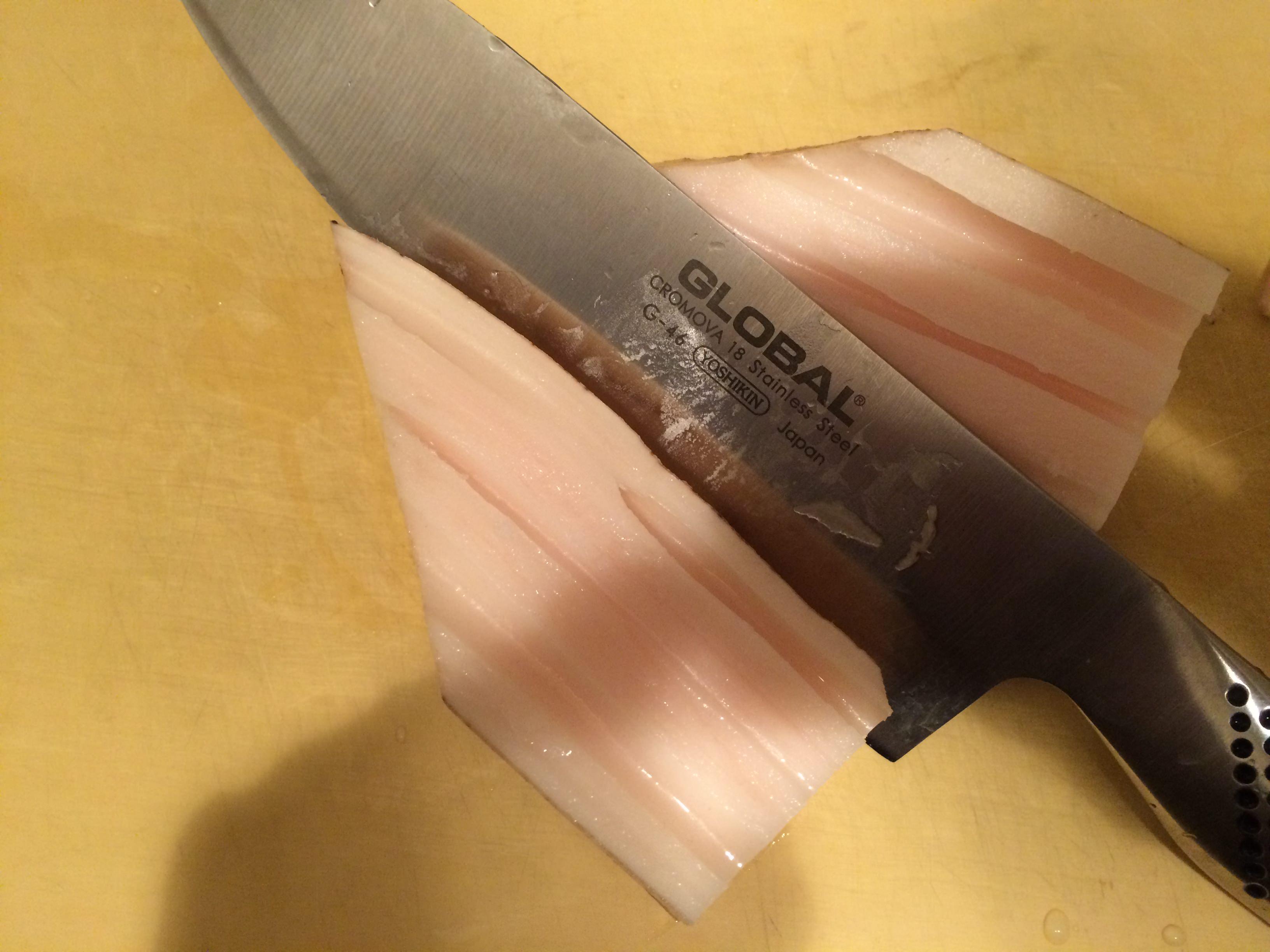れんこんを縦半分に切ります