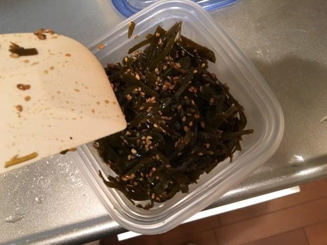 粗熱が取れたら、よく消毒した保存容器に入れて、冷蔵庫で保存します