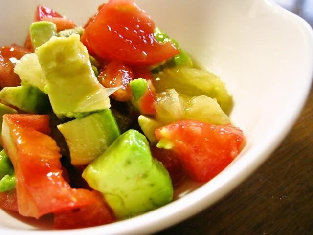 切って混ぜるだけ!アボカド・トマト・グレープフルーツのサラダ