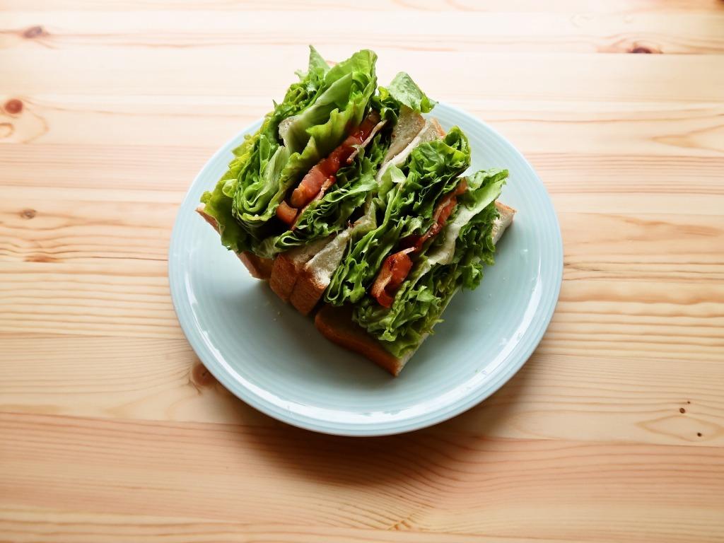 折り畳みレタスですごいサンドイッチ