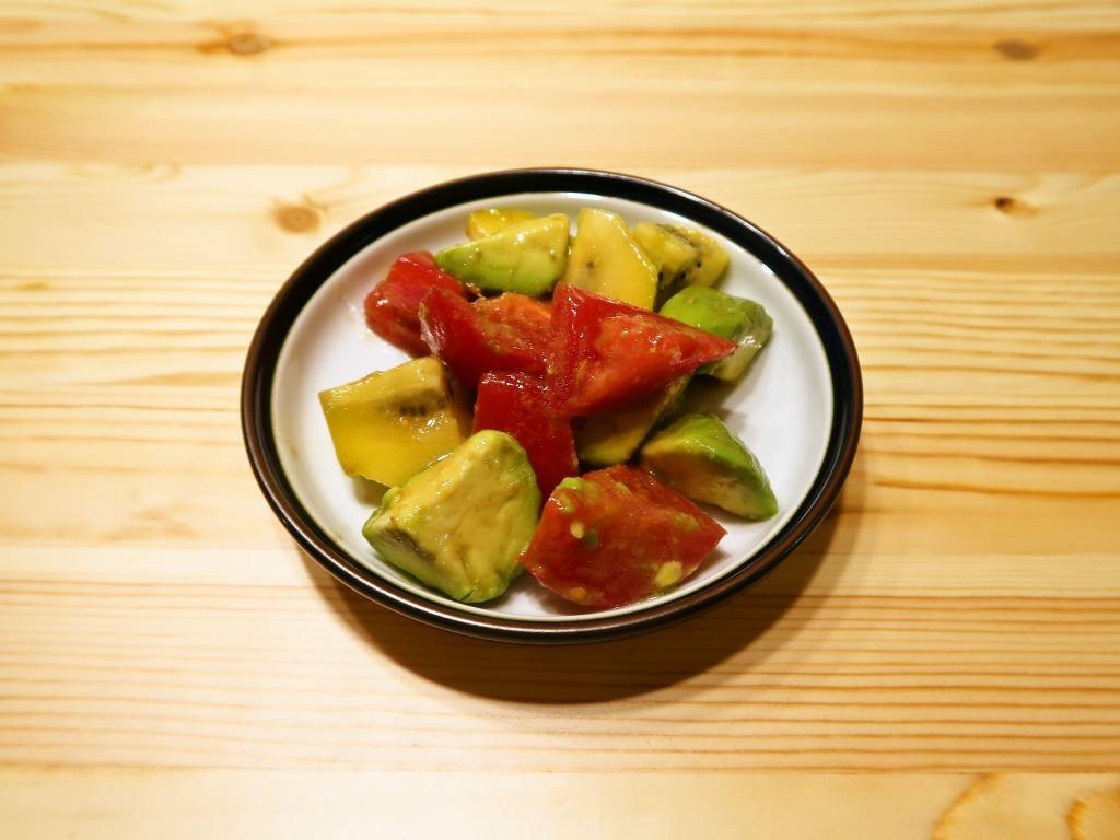 アボカドとトマトとキウイフルーツのオリーブオイルサラダ
