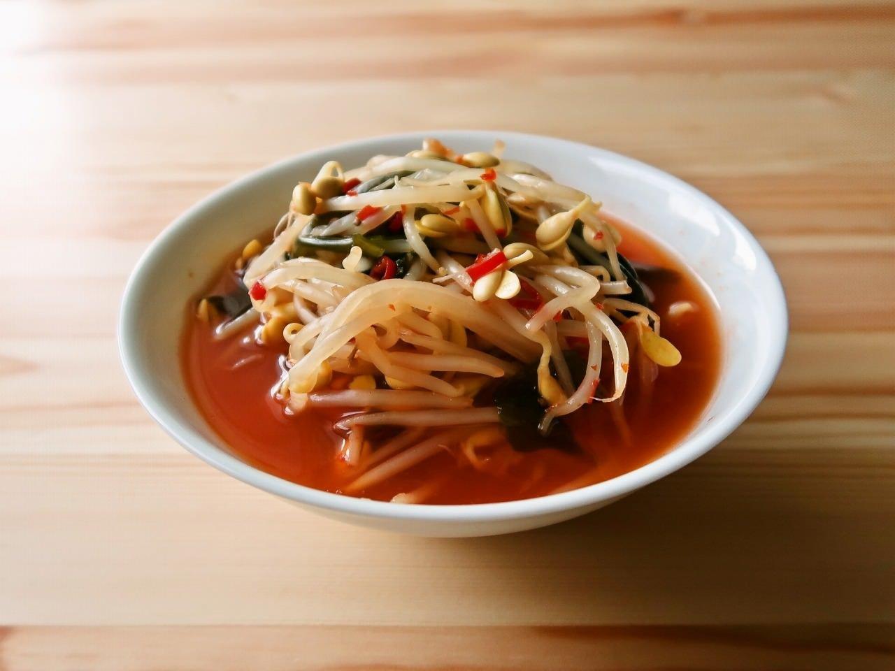 大豆もやしとわかめの激辛スープ(豆板醤ベース)